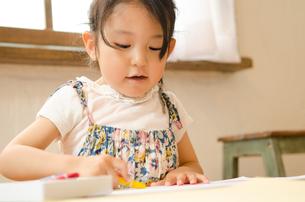 クレヨンでお絵描きをしている女の子 FYI01077583