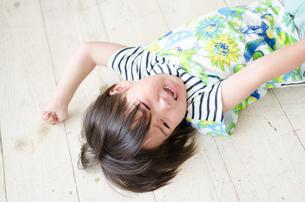 床に転がって泣いている男の子 FYI01077595