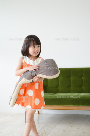 ギターのクッションを持っている女の子 FYI01077646