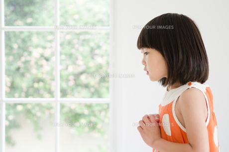 両手を胸に置いている女の子の横顔 FYI01077663