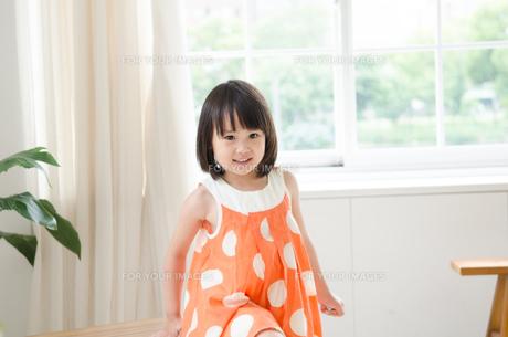 部屋の中で笑っている女の子 FYI01077666