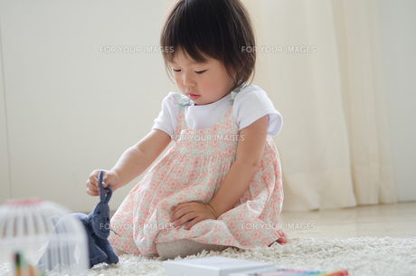 部屋の中で遊んでいる女の子 FYI01077667