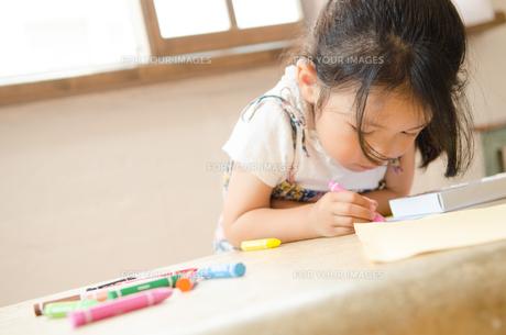 クレヨンでお絵描きをしている女の子 FYI01077672