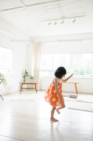 部屋の中を走っている女の子 FYI01077678