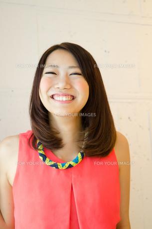 笑顔の女性 FYI01077682