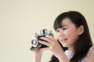 クラッシックカメラを持っている女の子 FYI01077685