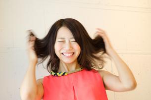髪をくしゃくしゃにしている女性 FYI01077686