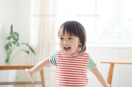 両手を広げて笑っている男の子 FYI01077691