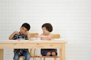 イスに座って困っているような子供たち FYI01077725