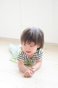 床に這いつくばって泣いている男の子 FYI01077729