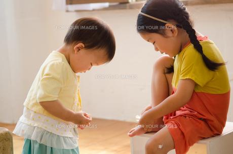 絆創膏を貼っている女の子 FYI01077736