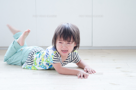 床に這いつくばって泣いている男の子 FYI01077769