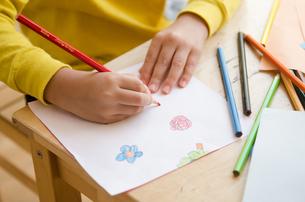 絵を描く女の子の手 FYI01077877