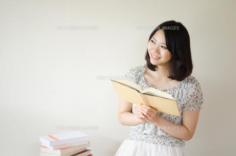 本を持って笑っている女性 FYI01077896