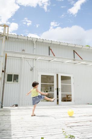 ボールを蹴る女の子 FYI01077914