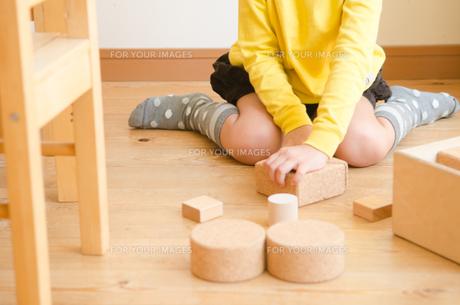 ブロックで遊ぶ女の子のイメージ FYI01077931