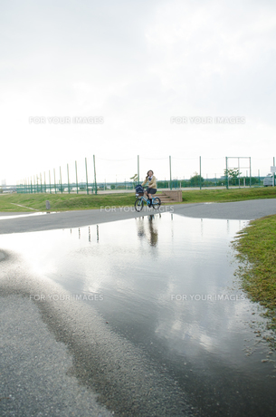 大きな水溜りの横を通る自転車 FYI01077937