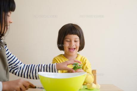 果物を食べている姉妹 FYI01077939