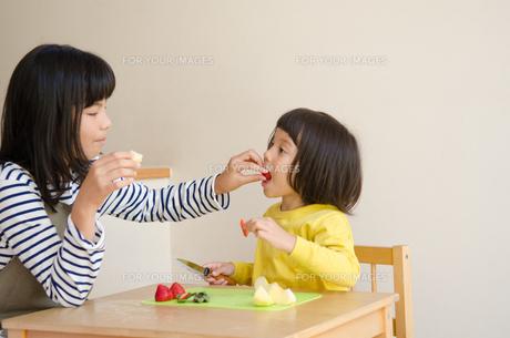 果物を食べている姉妹 FYI01077964