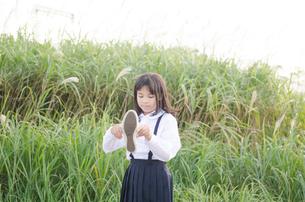 靴を持っている女の子 FYI01077966