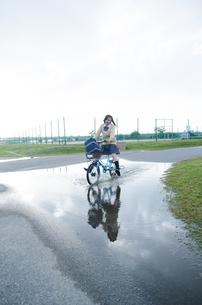 大きな水溜りを通る自転車 FYI01077986