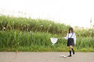 虫取り網を持って靴を脱ぐ女の子 FYI01077999