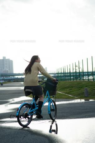 大きな水溜りを通る自転車 FYI01078008