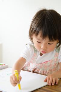 クレヨンで絵を描いている女の子 FYI01078087