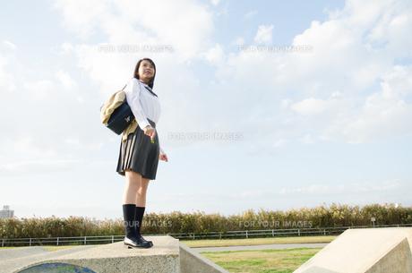 立って遠くを見ている女学生の素材 [FYI01078092]