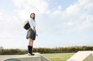 立って遠くを見ている女学生 FYI01078092