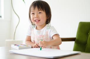 クレヨンで絵を描いている女の子 FYI01078096