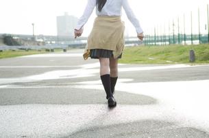 水たまりを歩く女学生の足 FYI01078101