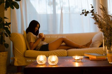 ソファでリラックスする女性 FYI01078104