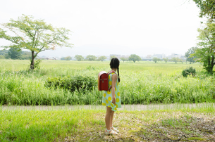ランドセルを背負って遠くを見ている女の子 FYI01078109