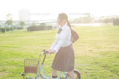 自転車に乗る女学生 FYI01078116