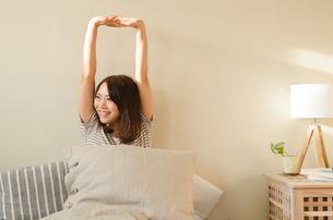 ベッドでストレッチをする女性の素材 [FYI01078118]