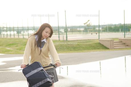 自転車に乗っている女学生 FYI01078126