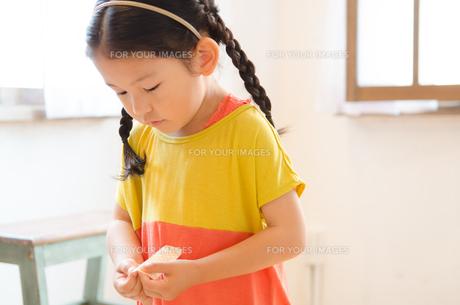 絆創膏を持っている女の子 FYI01078135