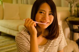 歯を磨く女性 FYI01078136