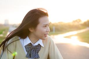 横を向いている女子学生 FYI01078139