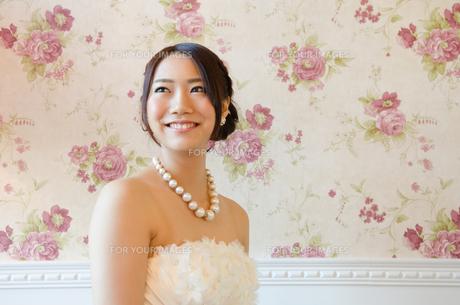 白いドレスを着て笑う女性の素材 [FYI01078140]