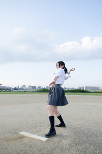 ボールを投げるふりをする女子学生 FYI01078146