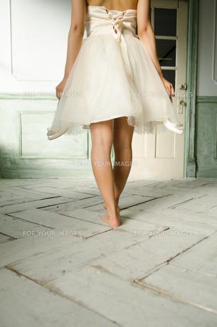 靴を脱いだドレス姿の女性の後ろ姿 FYI01078148