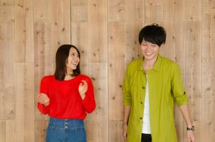 壁の前で笑うカップル FYI01078151