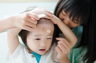 絆創膏を貼っている子供の素材 [FYI01078174]