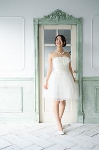 白いドレスを着て笑っている女性 FYI01078196
