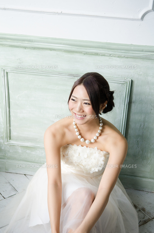 白いドレスを着て床に座る女性 FYI01078219
