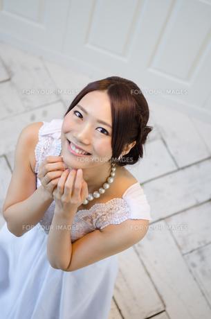 見上げるドレス姿の女性 FYI01078227