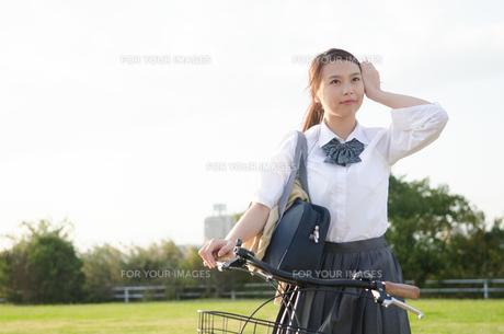 自転車に乗る女子学生 FYI01078232