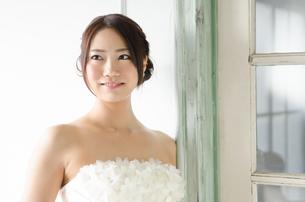 白いドレスを着た女性 FYI01078235